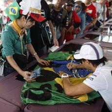 Felipe Massa firmando autógrafos para sus fans malayos