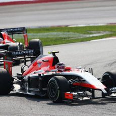 Max Chilton delante de Jules Bianchi