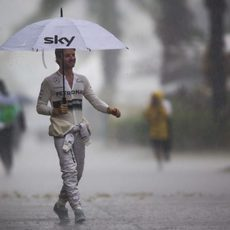 Nico Rosberg camina bajo la lluvia
