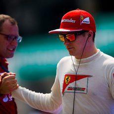 Stefano Domenicali y Kimi Räikkönen se chocan la mano
