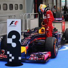 Fernando Alonso analiza el RB10 en Malasia