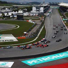Primera curva tras la salida del GP de Malasia 2014