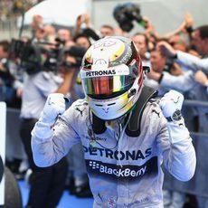 Gran alegría de Lewis Hamilton al ganar en Malasia