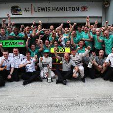 El equipo Mercedes celebra el doblete en Malasia