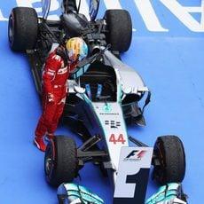 Fernando Alonso observa el Mercedes ganador