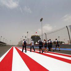 El equipo Williams da una vuelta al trazado de Sakhir