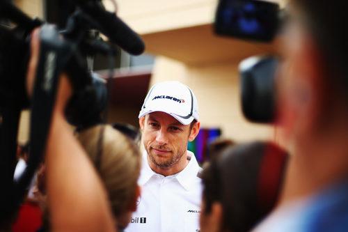 Jenson Button atiende a los medios en Baréin