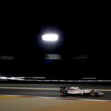 Valtteri Bottas rueda en la noche de Sakhir