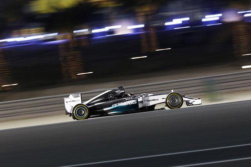 Los focos iluminan el W05 de Lewis Hamilton