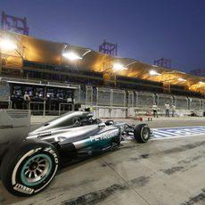 Nico Rosberg sale de boxes en Sakhir