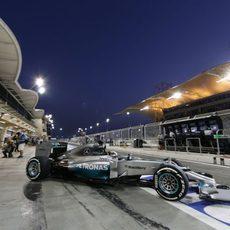 Lewis Hamilton deja boxes y regresa al asfalto