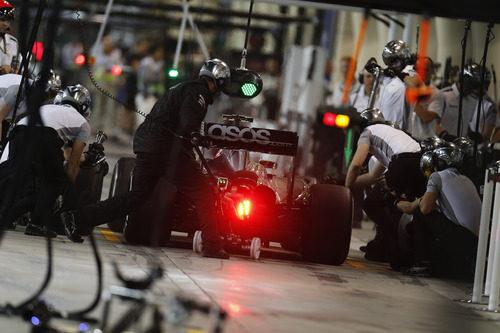 Jenson Button preparando un pit stop