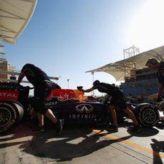 Sebastian Vettel regresa a boxes en Sakhir