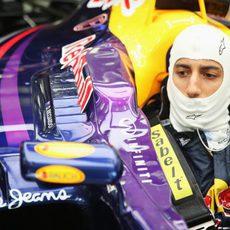 Daniel Ricciardo espera subido al RB10