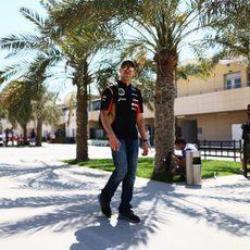 Pastor Maldonado pasea en el paddock de Baréin