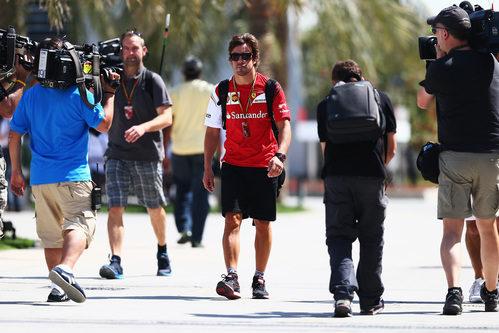 Fernando Alonso llega al circuito de Sakhir