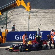 La grúa retira el coche de Sebastian Vettel