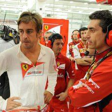 Fernando Alonso junto a Andrea Stella