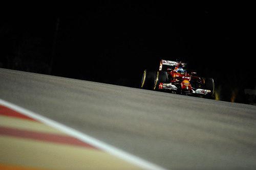 Fernando Alonso emerge de las sombras