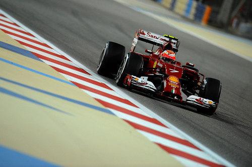 Kimi Räikkönen disputa la clasificación del GP de Baréin