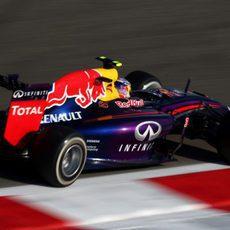 Daniel Ricciardo pisa los pianos de Baréin