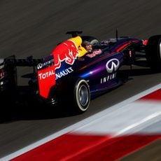 Sebastian Vettel disputa los Libres 3 en el circuito de Sakhir