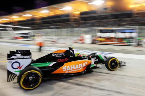 Sergio Pérez sale de boxes con el VJM07