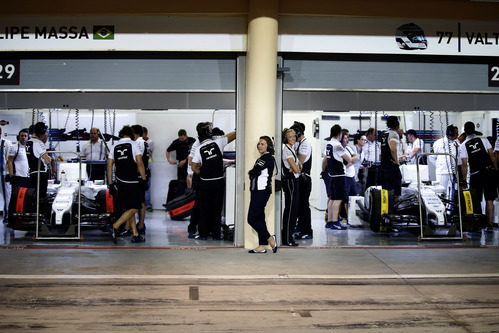 El equipo Williams trabaja en sus coches antes de la clasificación