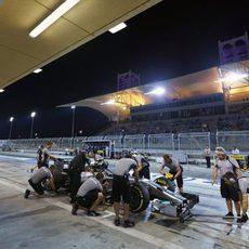 Lewis Hamilton vuelve a boxes tras la Q2
