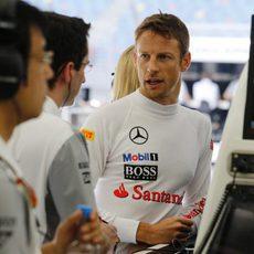 Jenson Button, en el garaje con los ingenieros