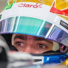 Esteban Gutiérrez concentrado dentro del coche