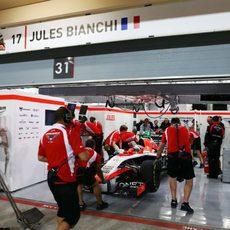 Mecánicos trabajando en el coche de Jules Bianchi
