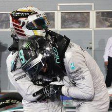 Nico Rosberg y Lewis Hamilton se abrazan por su doblete en Baréin