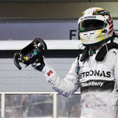 Lewis Hamilton, volante en mano en Baréin