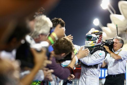 Lewis Hamilton celebra la victoria entre aplausos