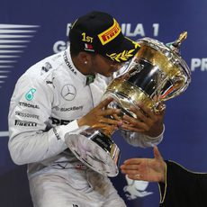 Lewis Hamilton besa su trofeo en Baréin