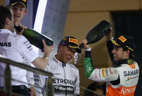 Sergio Pérez 'ducha' a Lewis Hamilton con champán