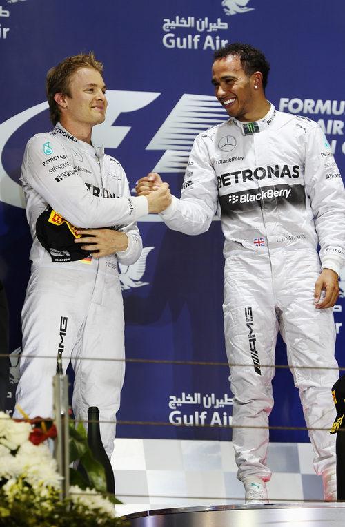 Nico Rosberg y Lewis Hamilton se dan la mano en el podio