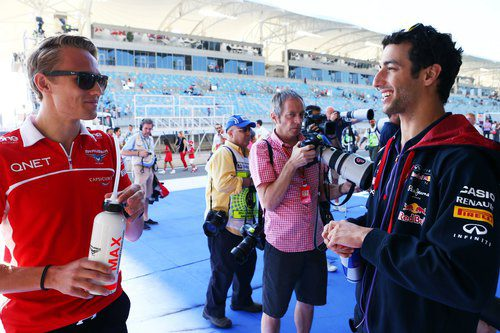 Max Chilton charla con Daniel Ricciardo antes del drivers parade