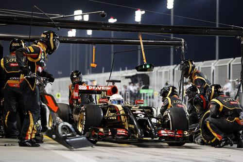 Romain Grosjean en un pitstop