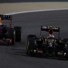 Pastor Maldonado adelanta a Sebastian Vettel