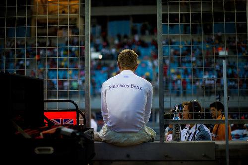Kevin Magnussen espera sentado antes de la carrera
