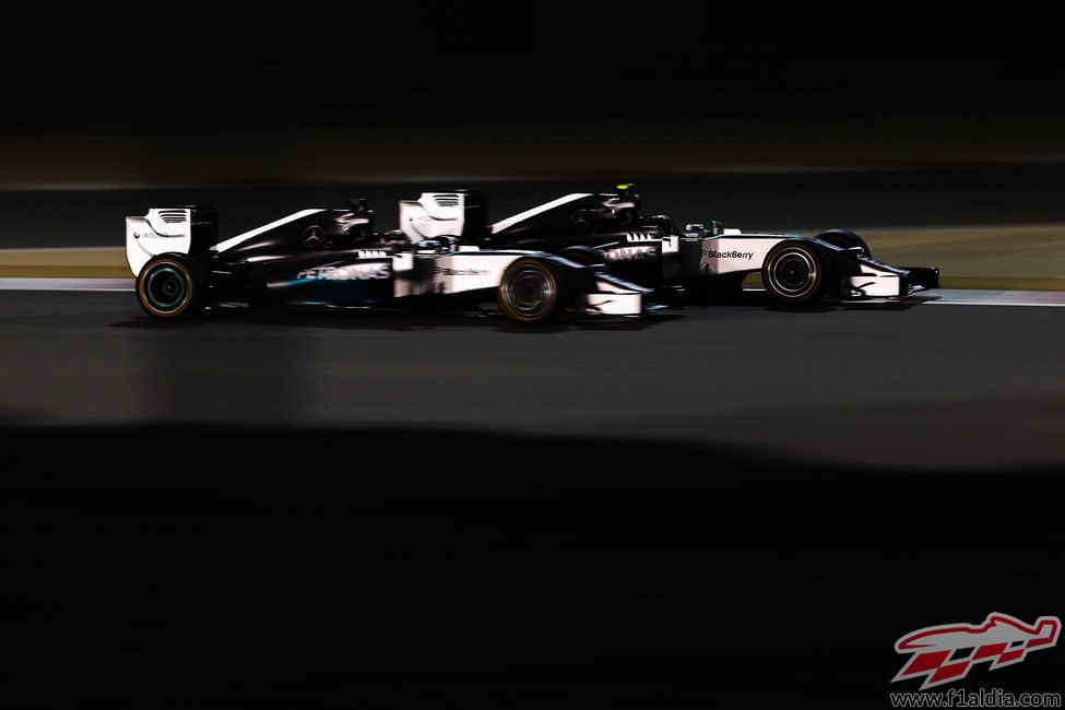 Lewis Hamilton y Nico Rosberg luchan en pista