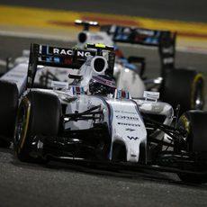 Valtteri Bottas y Felipe Massa luchan por posición