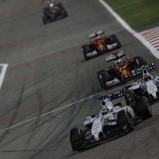 Felipe Massa y Valtteri Bottas, juntos en la curva