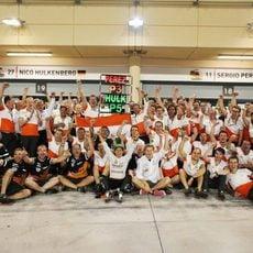Celebración en Force India por el podio de Sergio Pérez