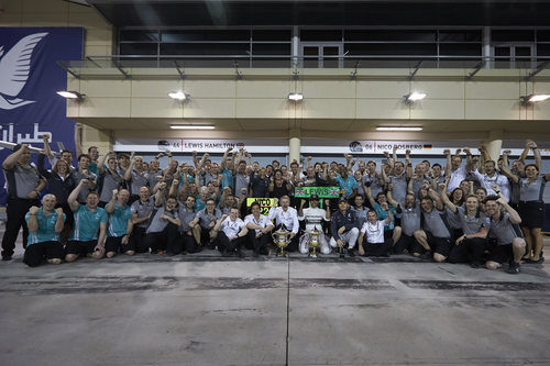 Mercedes celebra su doblete en Baréin