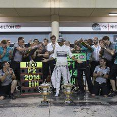 Baño de champán para Lewis Hamilton