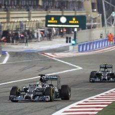 Lewis Hamilton y Nico Rosberg pasan por la recta de meta