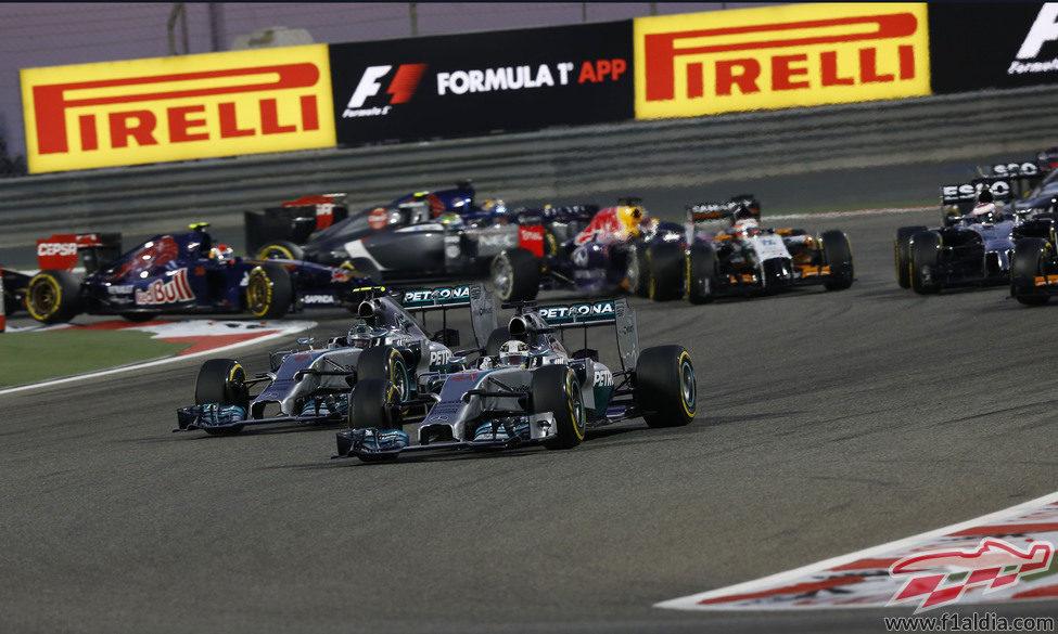 Apretada salida para Lewis Hamilton y Nico Rosberg